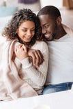 Giovani coppie afroamericane sveglie che abbracciano nel caffè fotografia stock libera da diritti