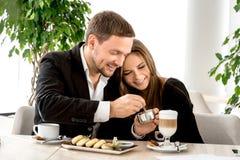 Giovani coppie al ristorante Fotografia Stock Libera da Diritti