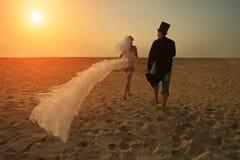 Giovani coppie al tramonto Fotografie Stock