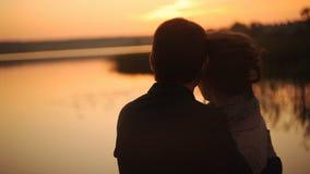 Giovani coppie al tramonto sulla spiaggia stock footage