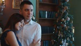Giovani coppie all'albero del nuovo anno video d archivio
