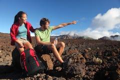 Giovani coppie all'aperto che fanno un'escursione Immagini Stock Libere da Diritti
