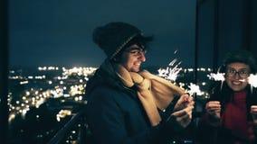 Giovani coppie all'aperto con le stelle filante nell'inverno archivi video