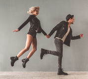 Giovani coppie alla moda Fotografie Stock Libere da Diritti