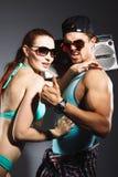 Giovani coppie alla moda sul fondo dello studio Fotografia Stock
