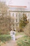 Giovani coppie alla moda vicino al bello palazzo di Renaissanse circondato dal vecchio giardino verde Nozze romantiche a Parigi fotografie stock