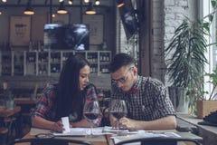 Giovani coppie alla riunione Fotografia Stock