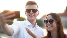 Giovani coppie alla riunione Coppie romantiche che prendono un Selfie con Smartphone Amore, datazione, romanzesca video d archivio