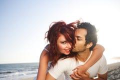 Giovani coppie alla spiaggia Immagini Stock