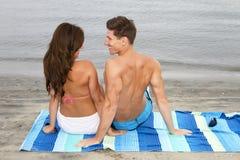 Giovani coppie alla spiaggia Fotografia Stock Libera da Diritti