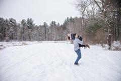Giovani coppie allegre all'aperto nell'inverno fotografie stock