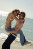 Giovani coppie allegre della spiaggia immagini stock libere da diritti