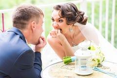 Giovani coppie allegre nell'amore divertendosi all'aperto Posizione dello sposo e della sposa Fronti emozionali della gente Sensi Fotografie Stock Libere da Diritti