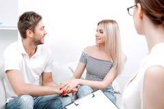 Giovani coppie allo psicologo Immagini Stock