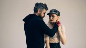Giovani coppie alternative su fondo bianco Amanti dei motociclisti Amore dei pantaloni a vita bassa Stile della roccia Corridore  archivi video