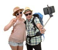 Giovani coppie americane attraenti e eleganti che prendono la foto del selfie con il telefono cellulare isolato su bianco Immagine Stock Libera da Diritti