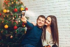 Giovani coppie amorose che fanno il selfie di Natale Fotografia Stock Libera da Diritti