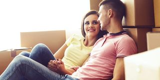 Giovani coppie amorose che si muovono verso una nuova casa Casa e concetto 'nucleo familiare' immagine stock libera da diritti