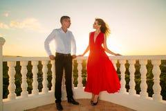 Giovani coppie amorose che stanno accanto al gazebo di pietra con la s Immagini Stock