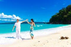 Giovani coppie amorose divertendosi nella spiaggia tropicale Immagini Stock Libere da Diritti