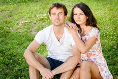 Giovani coppie amorose felici all'aperto immagini stock