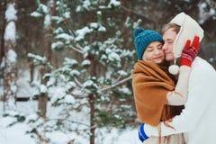 giovani coppie amorose felici che camminano nella foresta nevosa di inverno, coperta di neve fotografie stock libere da diritti