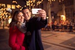 Giovani coppie amorose felici che fanno selfie e sorridere Immagini Stock Libere da Diritti