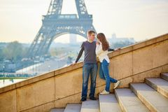 Giovani coppie amorose a Parigi Fotografie Stock