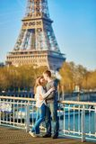Giovani coppie amorose a Parigi Fotografie Stock Libere da Diritti