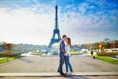 Giovani coppie amorose a Parigi Immagini Stock