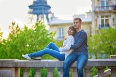 Giovani coppie amorose a Parigi immagine stock