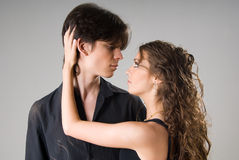 Giovani coppie amorous felici Immagini Stock