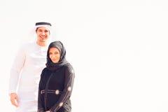 Giovani coppie arabe nel deserto Fotografie Stock