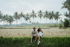 Giovani coppie asiatiche con stile piacevole che gode dell'estate fotografie stock libere da diritti
