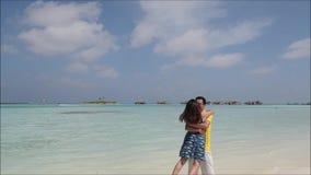 Giovani coppie asiatiche felici stock footage