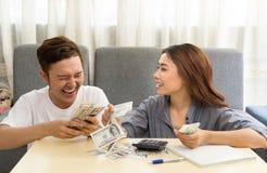 Giovani coppie asiatiche soddisfatte di soldi fotografie stock libere da diritti