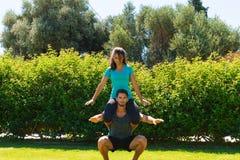 Giovani coppie atletiche che fanno allenamento di forma fisica Fotografie Stock