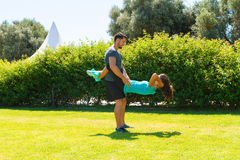 Giovani coppie atletiche che fanno allenamento di forma fisica Immagini Stock Libere da Diritti