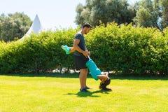 Giovani coppie atletiche che fanno allenamento di forma fisica Fotografie Stock Libere da Diritti