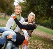 Giovani coppie attraenti che hanno divertimento all'aperto Immagini Stock Libere da Diritti