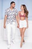 Giovani coppie attraenti che posano insieme nello studio Immagini Stock