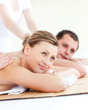 Giovani coppie attraenti che ricevono un massaggio posteriore Immagine Stock Libera da Diritti
