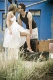 Giovani coppie attraenti che si rilassano sul patio della casa blu Fotografia Stock