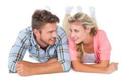 Giovani coppie attraenti che sorridono a vicenda Fotografie Stock Libere da Diritti