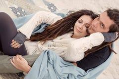Giovani coppie attraenti coperte di plaid Immagine Stock Libera da Diritti