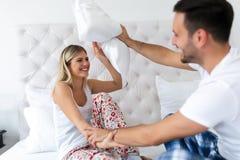 Giovani coppie attraenti divertendosi nella camera da letto Immagine Stock Libera da Diritti