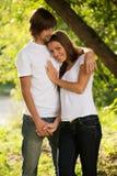 Giovani coppie attraenti insieme all'aperto Immagini Stock Libere da Diritti