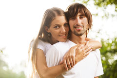Giovani coppie attraenti insieme all'aperto Fotografia Stock Libera da Diritti