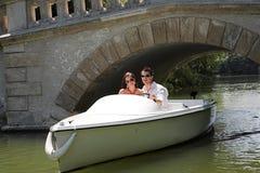 Giovani coppie attraenti sulla barca Fotografie Stock Libere da Diritti