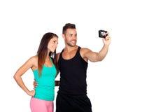 Giovani coppie attraenti trasformandosi in una foto Fotografie Stock